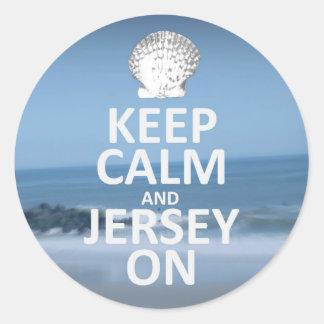 Guarde la calma y el jersey en los pegatinas etiquetas redondas