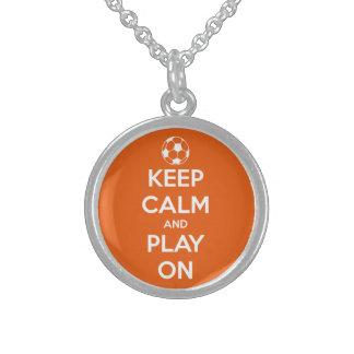 Guarde la calma y el juego en anaranjado y blanco collares de plata esterlina