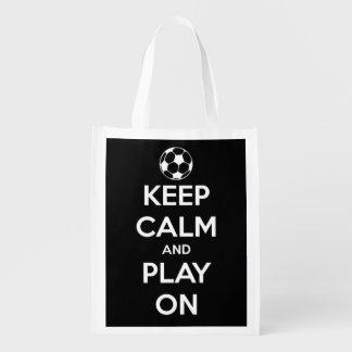 Guarde la calma y el juego en blanco en fútbol bolsa de la compra