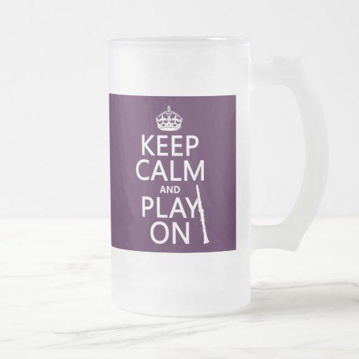 Guarde la calma y el juego en (clarinet) taza de cristal