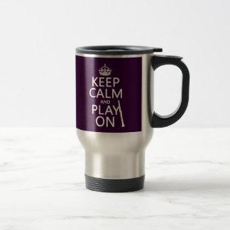 Guarde la calma y el juego en (clarinet) taza de viaje