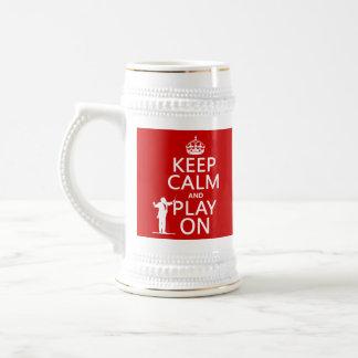 Guarde la calma y el juego en (conductor) jarra de cerveza