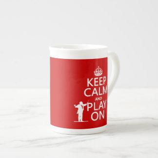 Guarde la calma y el juego en (conductor) taza de porcelana