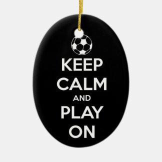 Guarde la calma y el juego en el ornamento oval adorno navideño ovalado de cerámica