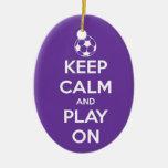 Guarde la calma y el juego en el ornamento oval ornato