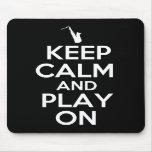 Guarde la calma y el juego en (el saxofón) tapete de raton