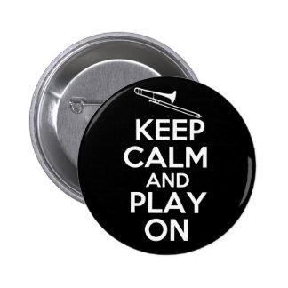 Guarde la calma y el juego en (el Trombone) Pin Redondo De 2 Pulgadas