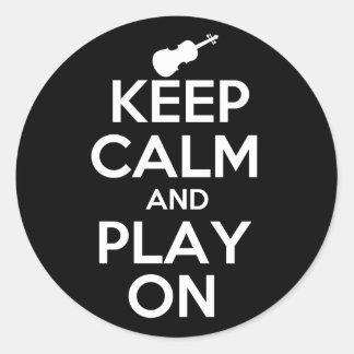 Guarde la calma y el juego en el violín pegatina redonda