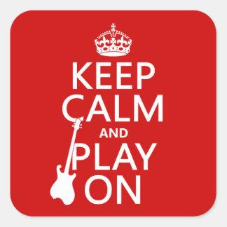 Guarde la calma y el juego en (guitarra) calcomanías cuadradass personalizadas
