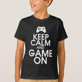 Guarde la calma y el juego en la camisa