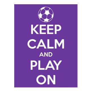 Guarde la calma y el juego en la postal púrpura