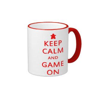 Guarde la calma y el juego en la taza de Meeple