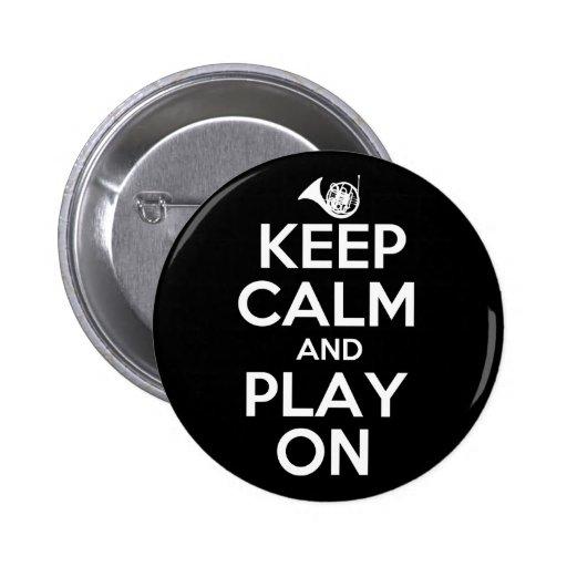 Guarde la calma y el juego en la trompa pins