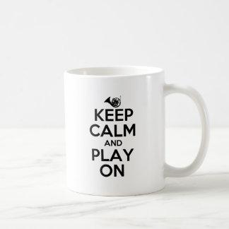 Guarde la calma y el juego en la trompa taza clásica