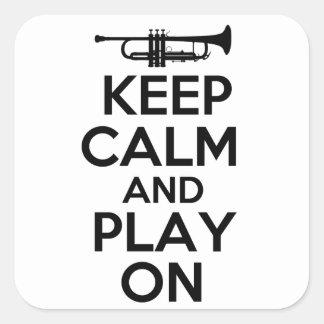 Guarde la calma y el juego en (la trompeta) pegatina cuadrada