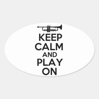 Guarde la calma y el juego en (la trompeta) pegatina ovalada