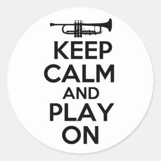 Guarde la calma y el juego en (la trompeta) pegatina redonda