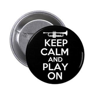 Guarde la calma y el juego en (la trompeta) pin redondo de 2 pulgadas