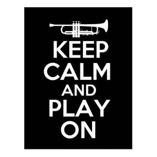Guarde la calma y el juego en (la trompeta) postales