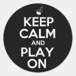 Guarde la calma y el juego en las gaitas etiquetas redondas