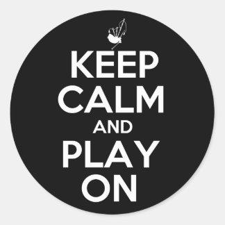 Guarde la calma y el juego en las gaitas pegatina redonda