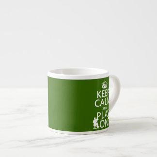 Guarde la calma y el juego en (los instrumentos at taza espresso