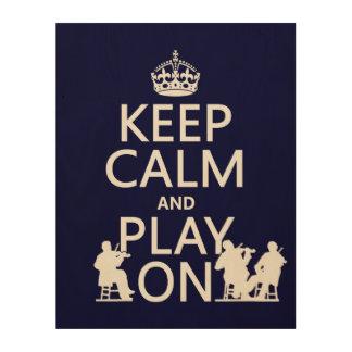 Guarde la calma y el juego en (los instrumentos impresiones en madera