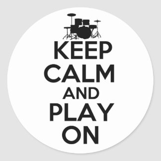 Guarde la calma y el juego en los tambores pegatinas redondas