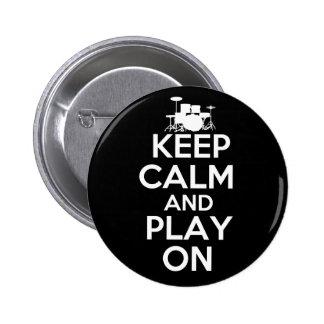 Guarde la calma y el juego en (los tambores) pin redondo de 2 pulgadas