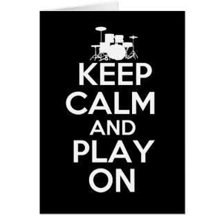 Guarde la calma y el juego en (los tambores) felicitacion