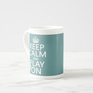 Guarde la calma y el juego en (piano) (cualquier taza de porcelana