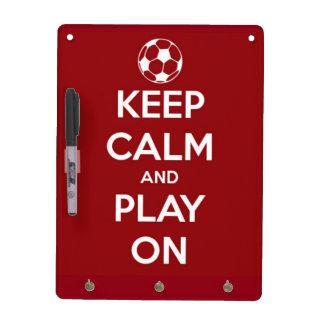 Guarde la calma y el juego en rojo pizarra blanca