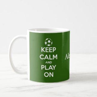 Guarde la calma y el juego en verde y el blanco taza clásica