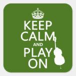 Guarde la calma y el juego en (violoncelo) pegatina cuadrada