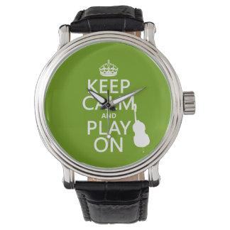 Guarde la calma y el juego en (violoncelo) relojes de pulsera