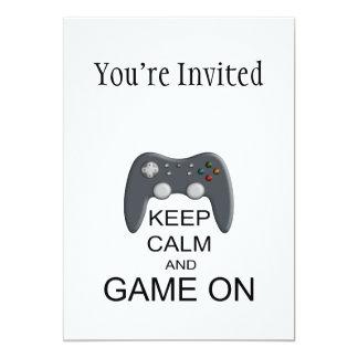 """Guarde la calma y el juego ENCENDIDO Invitación 5"""" X 7"""""""