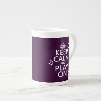 Guarde la calma y el juego encendido - las notas d taza de porcelana