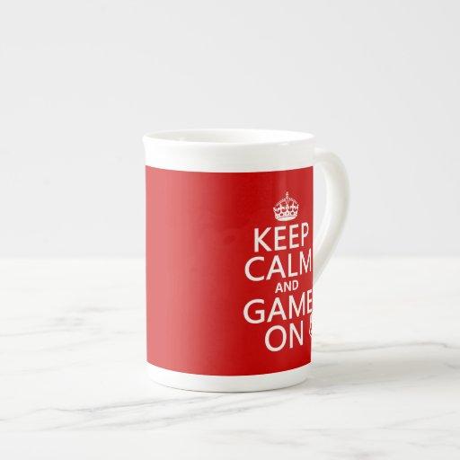 Guarde la calma y el juego encendido - los dados - taza de china