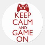 Guarde la calma y el juego encendido pegatinas redondas