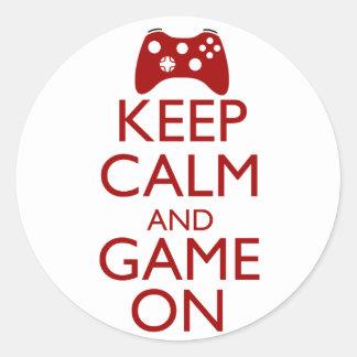Guarde la calma y el juego encendido pegatina redonda