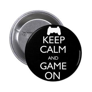 Guarde la calma y el juego encendido pin redondo de 2 pulgadas
