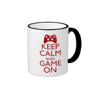 Guarde la calma y el juego encendido taza