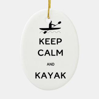 Guarde la calma y el kajak adorno navideño ovalado de cerámica