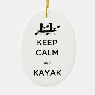 Guarde la calma y el kajak conmigo adorno navideño ovalado de cerámica