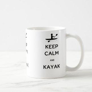 Guarde la calma y el kajak taza de café