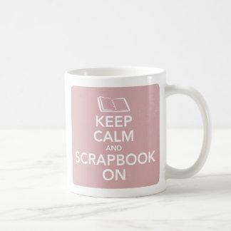Guarde la calma y el libro de recuerdos en la taza básica blanca