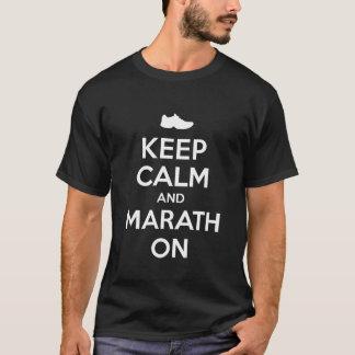 Guarde la calma y el maratón playera