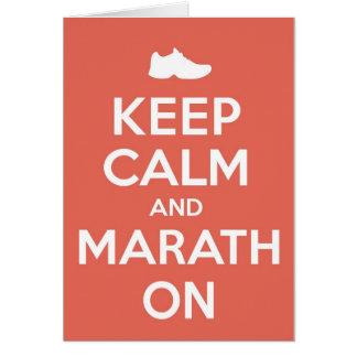Guarde la calma y el maratón tarjeta de felicitación