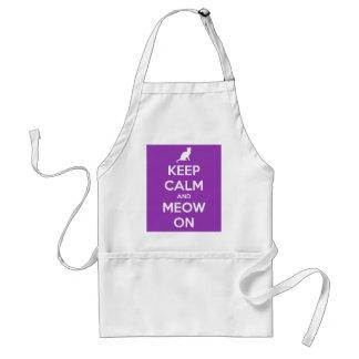 Guarde la calma y el maullido en púrpura delantal