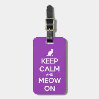 Guarde la calma y el maullido en púrpura etiqueta de maleta